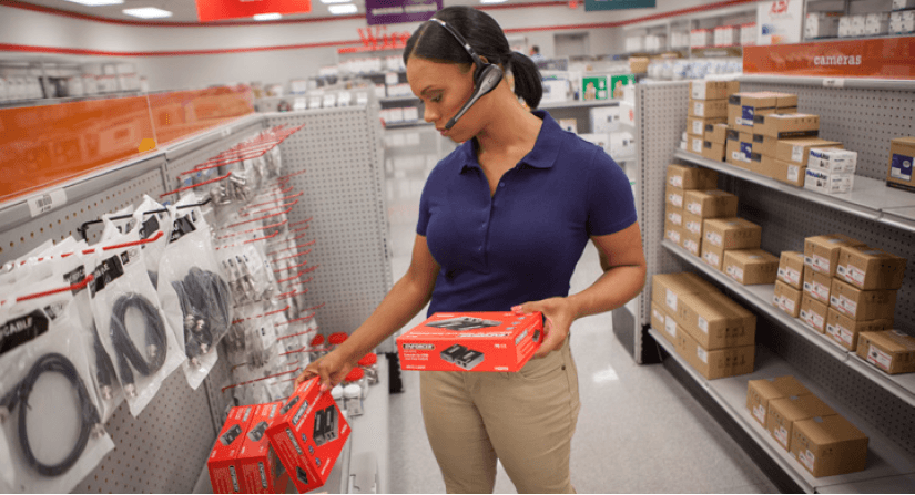 store-employee-fulfilling-order-with-headset-voice-technology